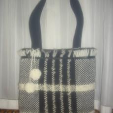 Borsa artigianale realizzata in bouclè di lana su telaio tradizionale